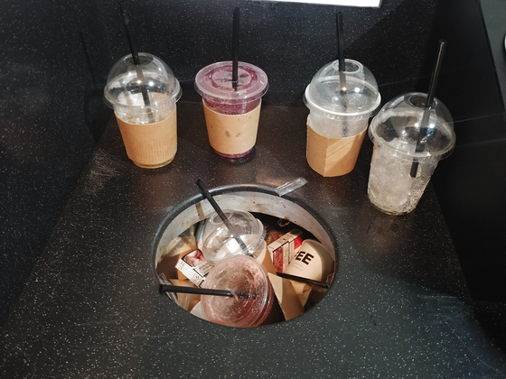 점심시간이 지난 뒤 중구 한 카페에 쌓여있는 플라스틱 컵. 김정연 기자