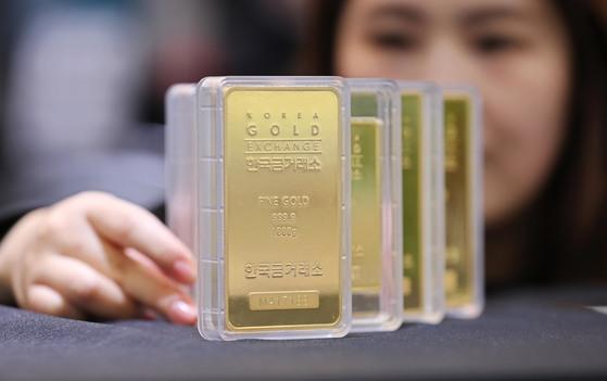 글로벌 경제 불확실성이 커지면서 대표적인 안전자산인 금으로 돈이 쏠리고 있다. 5일 기준 1kg짜리 골드바 판매 가격은 6553만원(부가세 포함)에 이른다. [연합뉴스]
