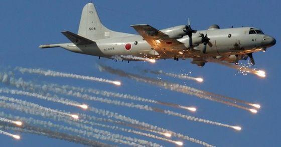 일본 해상자위대 소속 P-3C 초계기가 열추적 미사일을 따돌리기 위한 플레어(고온의 섬광탄)를 쏘며 비행하고 있다. [중앙포토]