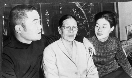 1972년 일본 프로야구에서 2000안타를 달성한 재일동포 장훈 선수(왼쪽)와 어머니 박순분 씨(가운데), 작은누나 장정자 씨(오른쪽). [중앙포토]