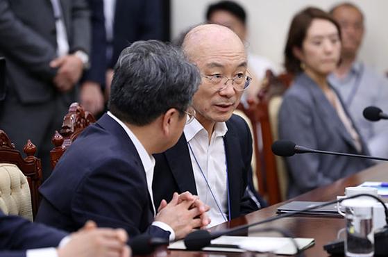김조원 신임 민정수석(가운데)이 5일 청와대 여민관에서 열린 수석·보좌관 회의에 앞서 강기정 정무수석(왼쪽)과 대화하고 있다. [뉴시스]