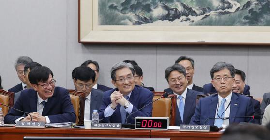 제1차 국회 운영위원회 전체회의가 6일 서울 여의도 국회에서 열렸다. 이날 김상조 정책실장, 노영민 대통령 비서실장, 김현종 국가안보실 2차장(왼쪽부터)이 의원의 질의를 듣고 있다. 김경록 기자