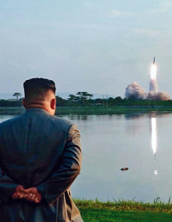 김정은 북한 국무위원장이 한미 군사연습과 남측의 신형군사장비 도입에 반발해 지난달 25일 신형 단거리 탄도 미사일의 '위력시위사격'을 지켜보고 있다. [조선중앙TV=연합뉴스]