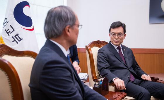 조세영 외교부 1차관(오른쪽)은 2일 일본 정부가 한국을 화아트 국가에서 제외하는 결정을 내린것과 관련해 나가미네 야스마사 주한 일본대사를 도렴동 청사로 불러 항의했다. [연합뉴스]
