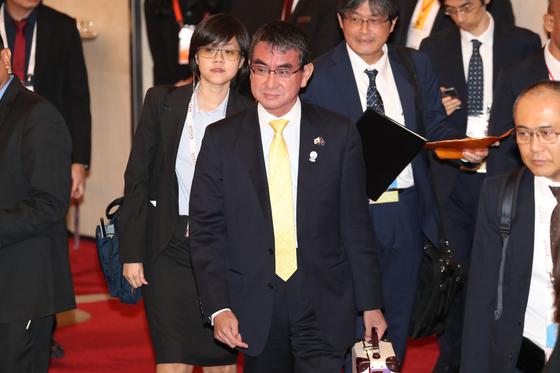 고노 다로 일본 외무상이 2일 오후(현지시간) 태국 방콕 센타라 그랜드호텔에서 열린 아세안지역안보포럼(ARF) 외교장관회의에 참석하고 있다. [연합뉴스]