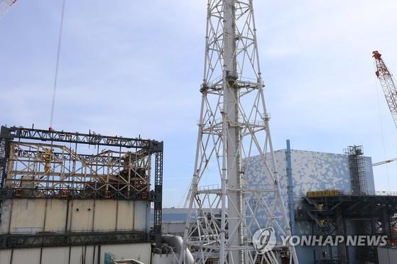 2017년 2월 촬영한 후쿠시마 제1원전 1호기(왼쪽)와 2호기의 모습. 방사능 수치가 높아 2023년에야 사용 후 핵연료 추출을 시작할 수 있을 것으로 보인다. [연합뉴스]