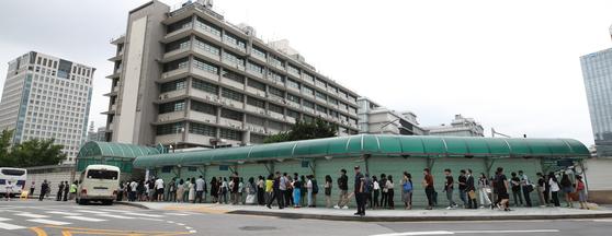 지난 1일 오후 서울 종로구 주한 미국대사관 앞에 학업과 업무, 교환프로그램에 참가하기 위해 비자를 신청하려는 이들이 길게 줄을 서 있다. [연합뉴스]
