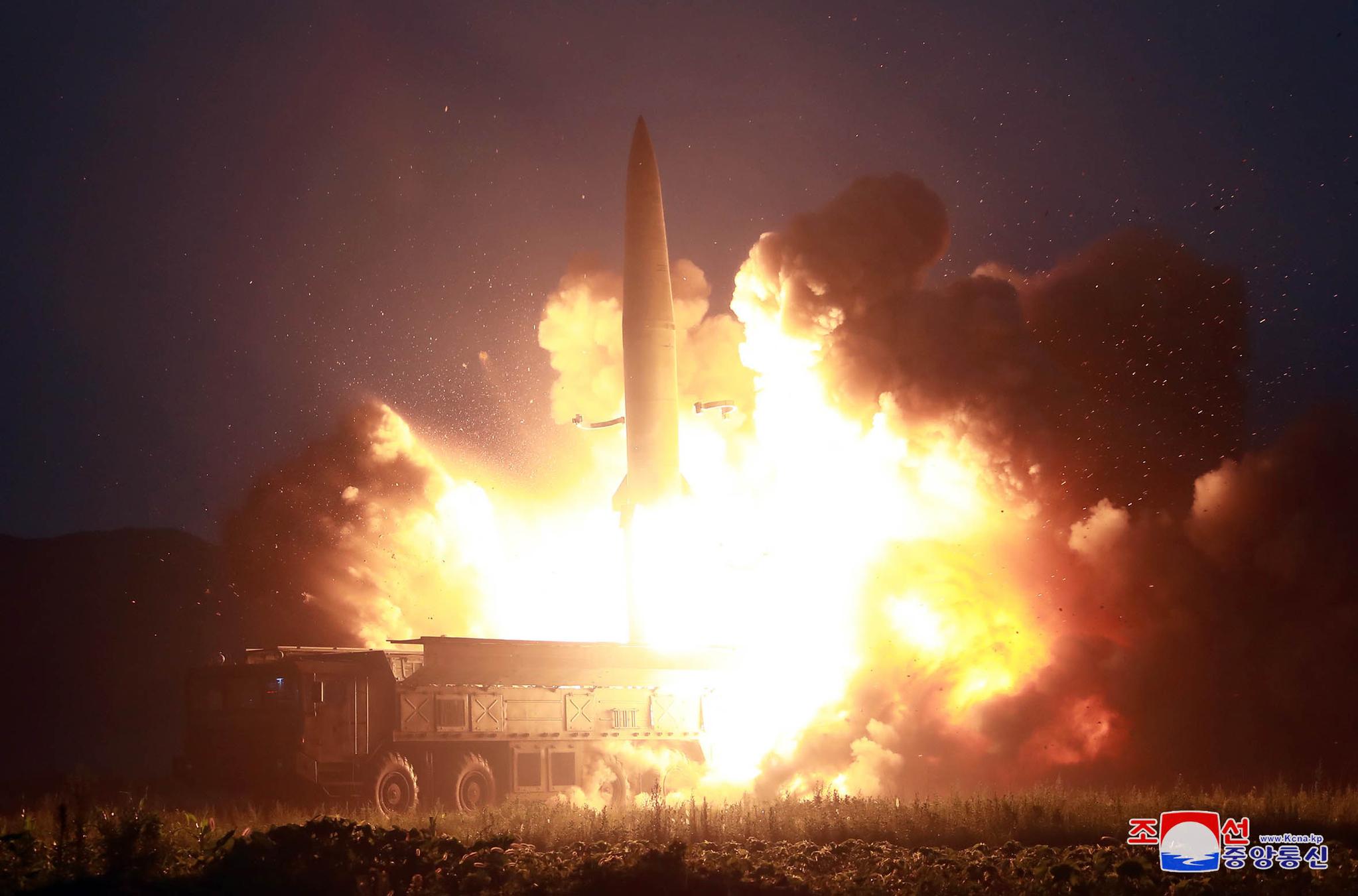 북한 김정은 국무위원장이 지난 6일 새벽 신형전술유도탄 발사를 참관했다고 조선중앙통신이 7일 보도했다. 사진은 신형전술유도탄 발사 모습. [조선중앙통신=연합뉴스]