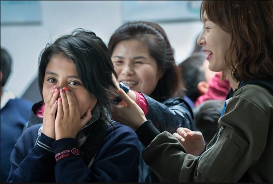 지역과 세대의 간격을 뛰어넘어, 후원자와의 만남은 언제나 가슴이 뭉클하다. 에콰도르컴패션 어린이센터를 방문한 후원자님이 사랑의 손길로 머리를 빗겨주자 어린이가 수줍게 행복한 미소를 짓고 있다. [사진 한국컴패션]