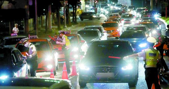 음주운전 단속 기준이 강화된 지난 6월 25일 오전 서울 마포구 합정동 양화대교 북단 일대에서 경찰들이 음주단속을 실시하고 있다. 면허 정지 기준은 혈중알코올농도 기존 0.05%에서 0.03%로, 취소 기준은 0.1%에서 0.08%로 강화됐다. [뉴시스]
