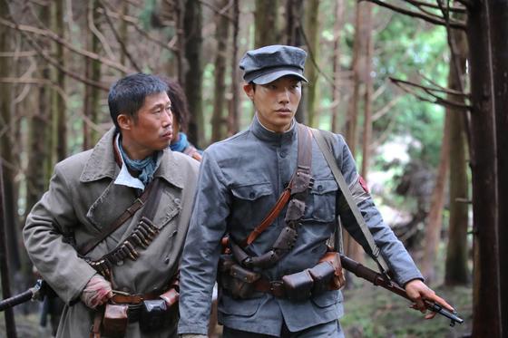 유해진(왼쪽)·류준열이 1920년대 독립군으로 분한 영화 '봉오동 전투' 한 장면. [사진 쇼박스]