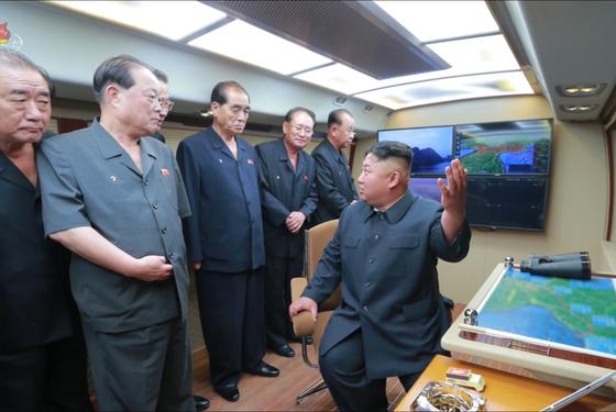 김정은 북한 국무위원장이 지난 6일 신형전술유도탄 발사를 참관했다고 조선중앙TV가 7일 보도했다. 김 위원장이 동행한 간부들과 대화를 하고 있다. [사진 연합뉴스]