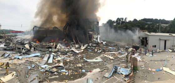 경기도 안성시의 한 종이상자 제조공장에서 불이 나 소방관 1명이 숨지고 1명이 다쳤다. 또 이 공장 관계자 6명이 다쳤다. 소방당국은 대응 1단계를 발령하고 화재를 진압하고 있다. [사진 경기도소방재난본부]