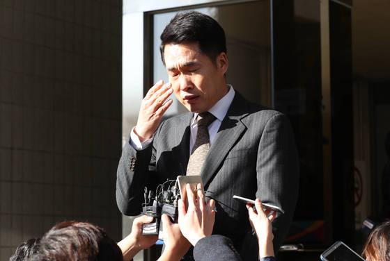 2017년 11월 16일 음주운전 혐의를 받았던 방송인 이창명이 서울남부지방법원에서 열린 항소심에서 무죄를 선고받고 심경을 밝히던 중 눈물을 닦고 있다. [연합뉴스]