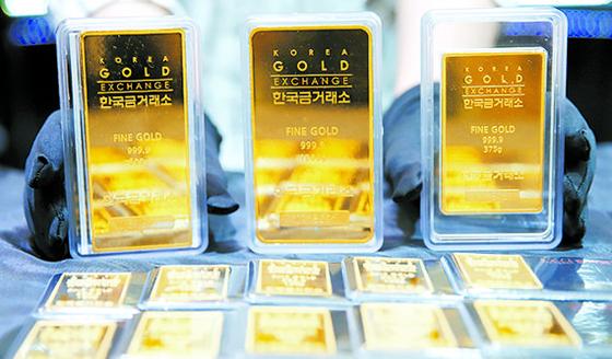 금융시장이 불안해지자 금값이 약 6년 만에 최고치로 올라섰다. 6일 서울 종로구 한국금거래소에서 직원이 금을 정리하고 있다. [뉴시스]