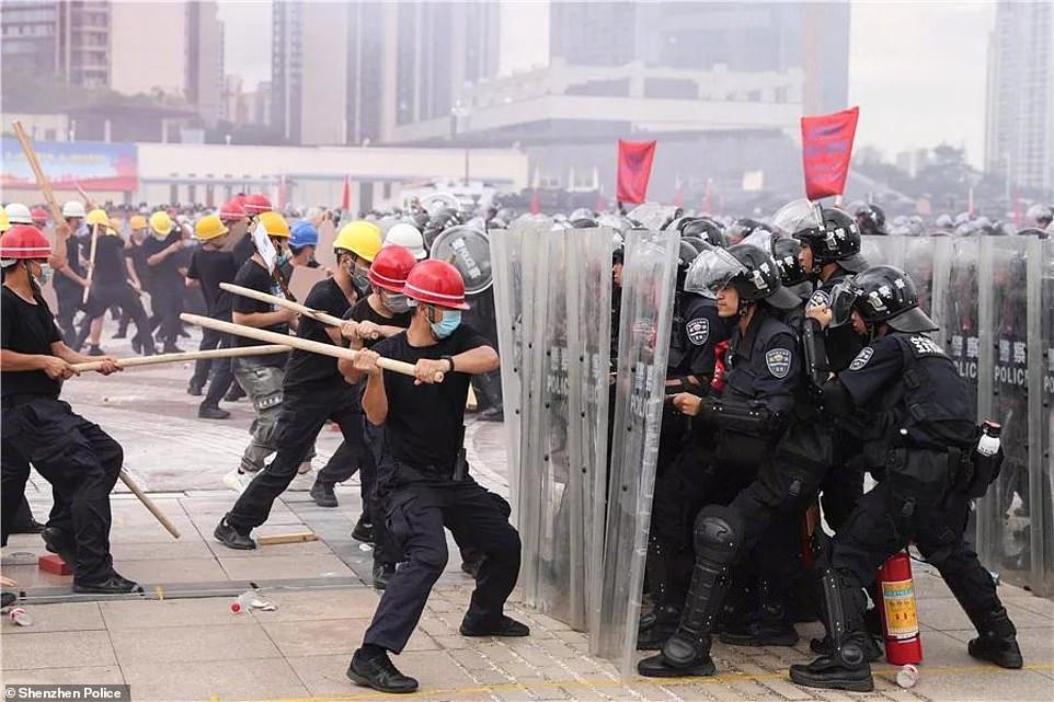 6일(현지시간) 중국 광동성 선전에서 열린 폭동 진압 및 반 테러 훈련에서 시위대와 경찰이 충돌하고 있다. [사진 중국 선전경찰서]