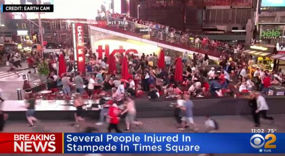 미국 뉴욕 맨해튼 타임스스퀘어에서 6일(현지시간) 오토바이 굉음을 총성으로 오인한 시민들이 대피하고 있다. [사진 CBS 뉴스 캡처]