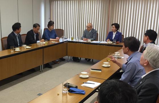 지난 1일 일본 도쿄에서 한국 국회의원 등 10여명으로 구성된 방일단이 하마다 시게타카 박사(중앙)와 면담하고 있다. 하마다 박사 우측은 면담 자리를 마련한 양향자 전 국가공무원인재개발원장. [여시재 제공]