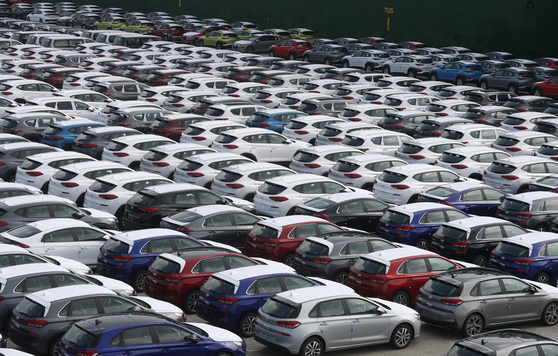 올 상반기 세계 주요 자동차 시장의 판매 감소가 예상치를 뛰어넘은 것으로 나타났다. 사진은 현대자동차 울산공장 수출선적부두에서 선적을 기다리는 자동차의 모습. [연합뉴스]