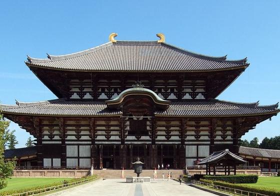 한국 관광객이 많이 찾는 일본 나라 동대사. 한일 고대사의 비밀이 곳곳에 숨겨져 있다. 청동 대불의 점안식에 700여명의 신라인 참석하는 대대적인 행사가 열렸다. 당시 신라인이 입었던 옷도 보관하고 있다하나 공개하지 않고 있다. [사진 위키피디아]
