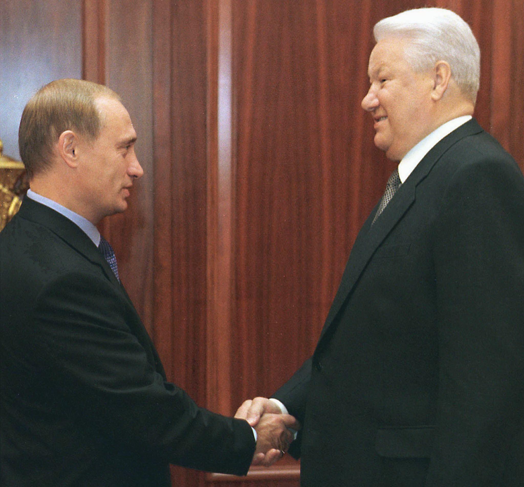 1999년 8월 19일, 보리스 옐친 러시아 대통령이 모스크바 크레믈린 궁에서 블라디미르 푸틴 총리와 악수하고 있다. [ITAR-TASS POOL / AFP=연합뉴스]