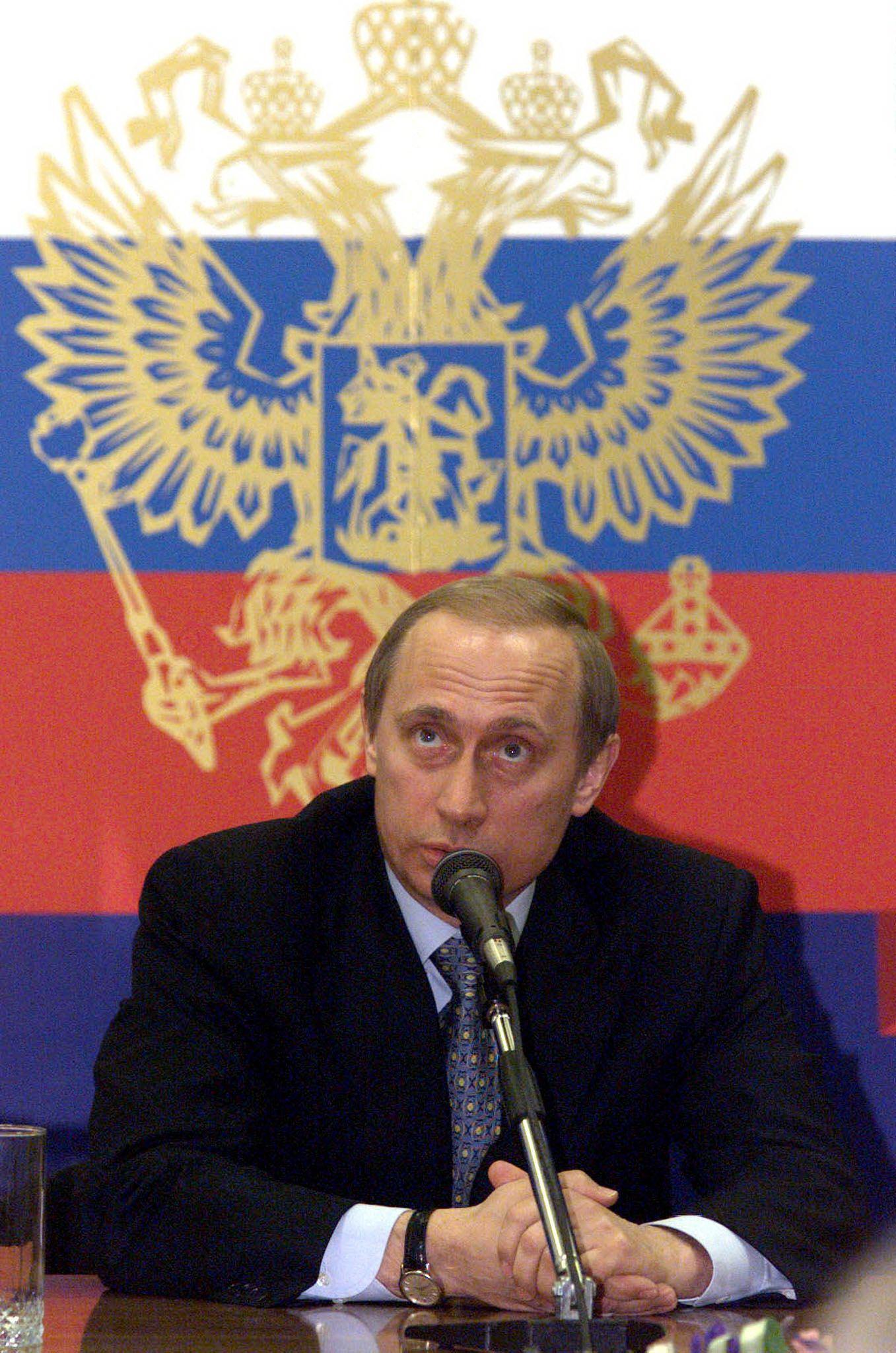 2000년 3월 21일, 블라디미르 푸틴 러시아 대통령 권한대행이 노브고라드에서 연 기자회견에서 기자들의 질문에 답변하고 있다. [AFP=연합뉴스]