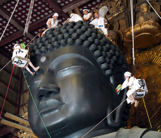 7 일 일본 나라의 도다이지에서 승려와 불자들이 15 미터 높이의 대불을 청소하고 있다. [EPA=연합뉴스]