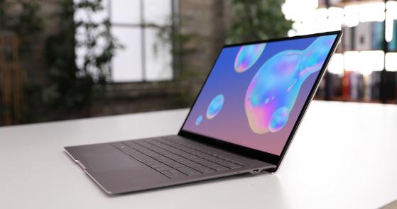 삼성과 MS는 7일(현지시간) 미국 뉴욕에서 13.3형 모바일 컴퓨팅 노트북 '갤럭시북S'를 공개했다. 갤럭시북S에는 세계 최초로 퀄컴의 스냅드래곤 8cx가 들어간다. [사진 삼성전자]