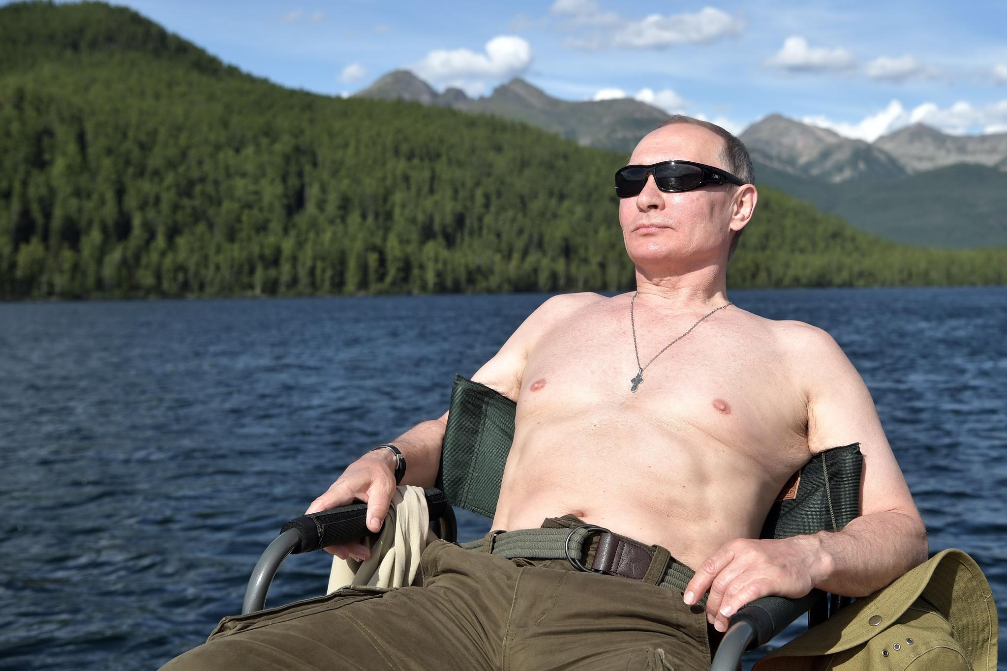 블라디미르 푸틴 러시아 대통령이 2017년 8월 초 남 시베리아 투야에서 일광욕을 즐기고 있다. 20년 전 금요일, 보리스 옐친 당시 러시아 대통령은 18개월이 채 안되는 기간에 그의 내각 네번째 총리를 임명했다. 그때까지만 해도 별로 알려지지 않은 보안 기관 수장이었던 푸틴은 20년이 지난 오늘까지 러시아 최고 권력에 머물고 있다. [AFP=연합뉴스]