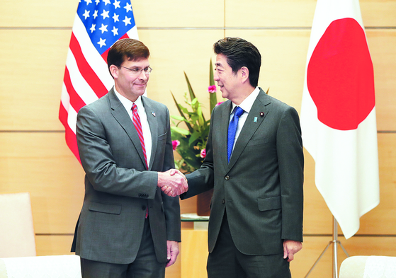 아베 신조 일본 총리가 7일 총리 관저에서 취임 후 처음으로 일본을 방문한 마크 에스퍼 미 국방장관(왼쪽)과 악수하고 있다. [EPA=연합뉴스]