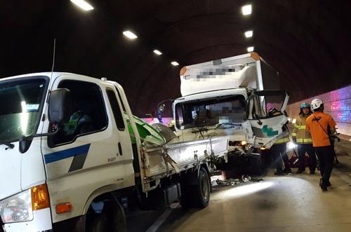 지난 7일 창원2터널에서 발생한 대형차량 추돌 사고 모습 . [연합뉴스]