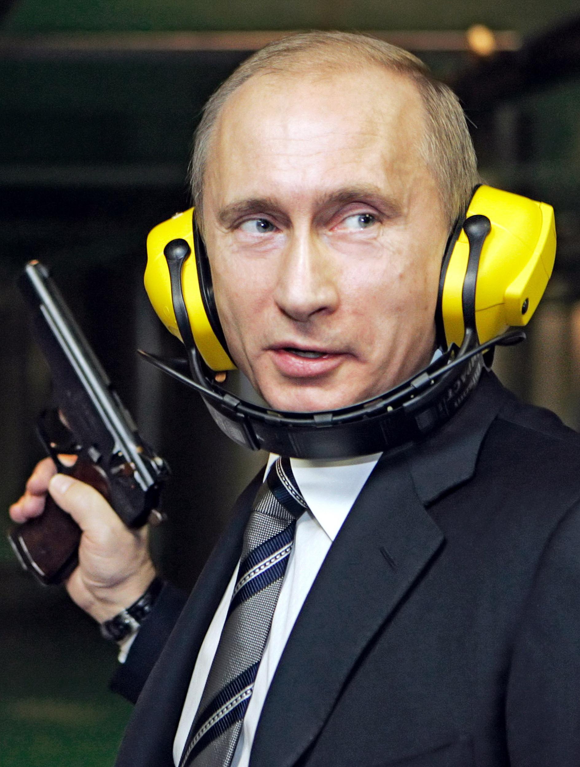 2006년 11월 8일, 새로 건축한 러시아군 정보국(GRU) 본부를 방문해 권총 사격을 해보는 푸틴. 그 자신이 정보기관 출신이다. [AFP=연합뉴스]