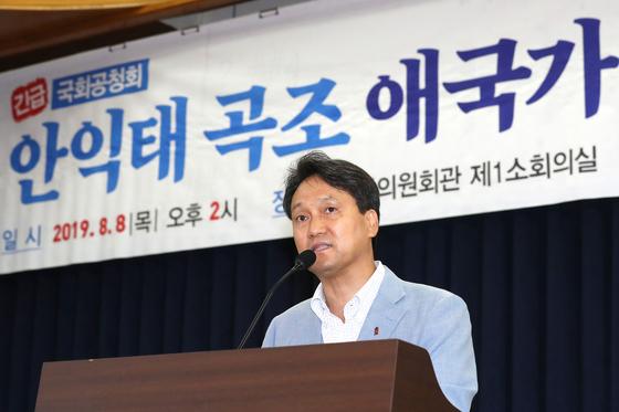 안민석 더불어민주당 의원이 8일 오후 서울 여의도 국회 의원회관에서 열린 '안익태 곡조 애국가 계속 불러야 하나?' 긴급 공청회에서 인사말을 하고 있다. [뉴스1]
