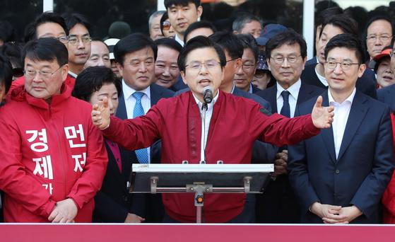황교안 자유한국당 대표가 지난 5월 7일 부산 자갈치시장에서 '국민 속으로-민생투쟁 대장정' 출정식을 열고 있다. 송봉근 기자