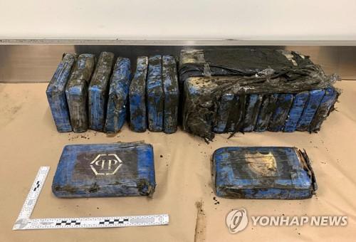 지난 7일 베델스 비치에서 발견된 코카인 상자 19개. [AFP=연합뉴스]