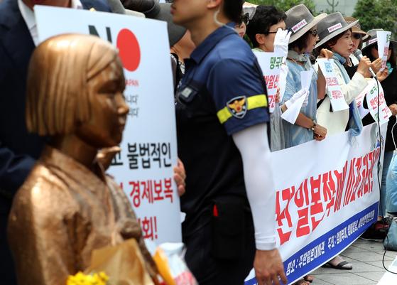 8일 오전 서울 종로구 옛 일본대사관 앞에서 열린 '한·일 관계 회복을 위한 제5차 기자회견'에서 주옥순 엄마부대 대표가 발언 하고 있다. [연합뉴스]