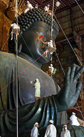 청동 불상을 청소하는 오미누구이 의식은 유네스코 세계 문화 유산 으로 지정되 해마다 8월 7일 동대사에서 열린다. [사진 아사히 신문]