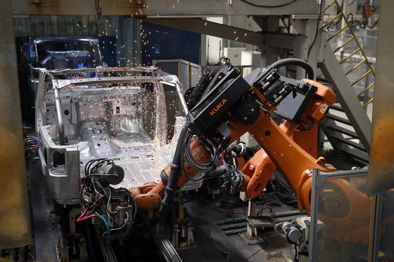 급성장하던 중국 자동차 시장은 지난해 20년만에 역성장한데 이어 올해에도 판매 부진을 겪고 있다. 중국 베이징의 북경기차-지프 공장 생산라인. [AP=연합뉴스]