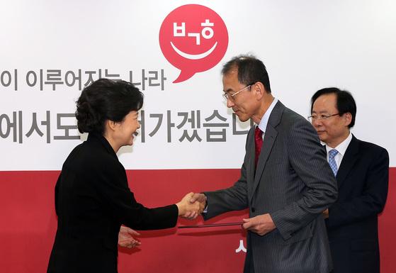 2012년 대선 당시 새누리당 박근혜 대선후보로부터 임명장 받는 최외출 기획조정 특별보좌관. [연합뉴스]