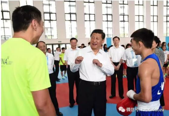 시진핑 중국 국가주석이 2014년 8월 난징의 한 체육관에서 복싱에 대해 말하고 있다. 시 주석은 자신이 젊은 시절 복싱을 배웠다고 밝혔다. [중국 환구망]