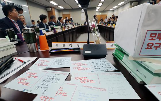 고용노동부 전원회의장에서 열린 최저임금위 5차 전원회의에서 근로자위원의 책상에 청년 352명이 최저임금위에 요구하는 엽서가 올려져 있다. [뉴스1]