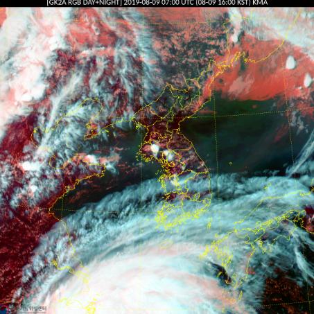 제 9호 태풍 레끼마가 접근하고 있는 한반도 남쪽 해상 위성사진. 우리나라는 레끼마의 직접 영향에 들지는 않지만, 태풍 가장자리의 기류를 타고 상층운이 정렬해있다. [자료 기상청]