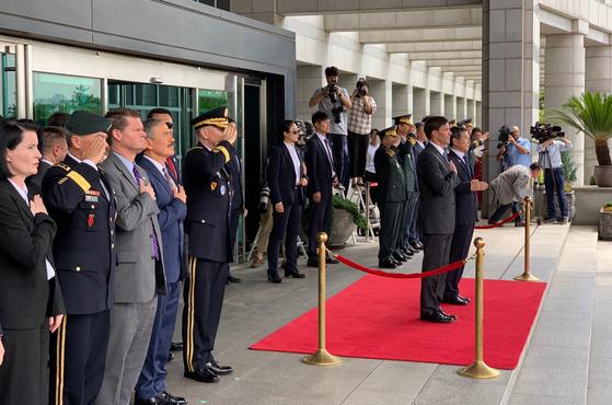 9일 정경두 국방부 장관(빨간 카페트 위 오른쪽)과 미국 에스퍼 미국 국방부 장관(왼쪽)이 양국 국가가 연주되는 동안 경례를 하고 있다. 박용한 기자