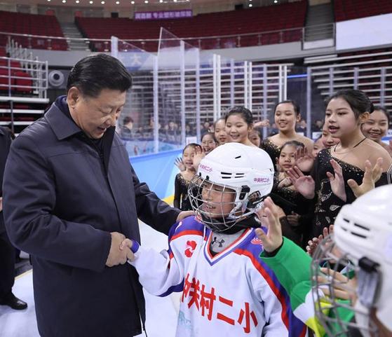 시진핑 중국 국가주석이 2017년 2월 베이징 우커숭 체육센터를 방문해 중국의 어린 아이스하키 선수들과 이야기를 나누고 있다. [중국 인민망]