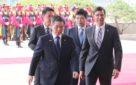 정경두 국방부 장관(왼쪽)이 9일 서울 용산구 국방부청사 입구에서 마크 에스퍼 미국 국방부 장관을 맞이하고 있다. [뉴스1]