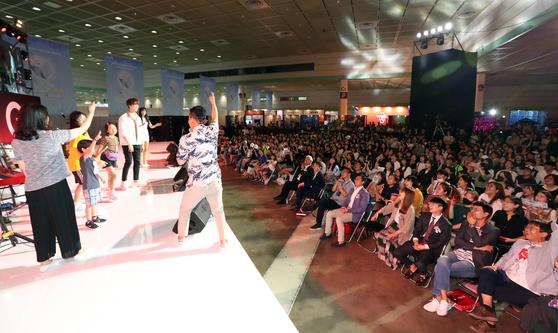 '2019 크리에이터 위크&' 9일 오전 서울 삼성동 코엑스에서 개막했다. 관람객들이 메인무대에서 진행된 게임에 참여하고 있다. 변선구 기자