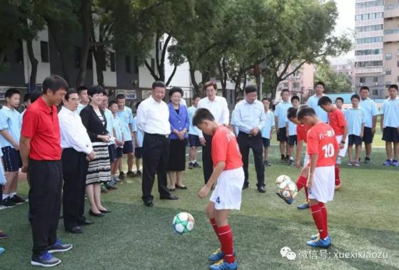 2017년 9월 모교인 베이징 8.1 중학교를 찾은 시진핑 중국 국가주석이 후배 선수들의 축구 훈련을 지켜보고 있다. [중국 환구망]