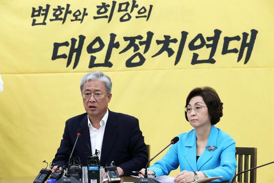 유성엽 민주평화당 원내대표(왼쪽)가 8일 서울 여의도 국회에서 대안정치연대 회의 결과를 브리핑 하고 있다. 오른쪽은 장정숙 의원. 대안정치연대는 오는 12일 탈당하겠다고 밝혔다. [뉴스1]