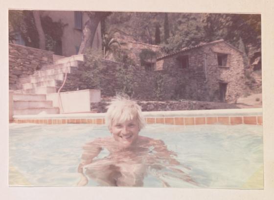 탈색한 금발 머리가 트레이드마크였던 젊은 시절 데이비드 호크니. 수영장에서의 한��. (ⓒ David Hockney)[사진 그린나래미디어]