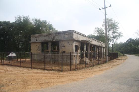 정전 후 최초로 공개된 파주 DMZ 구 장단면사무소. 한국전쟁 때 생긴 총탄 자국이 선명하다. 10일 개장한 DMZ 평화의 길 파주 구간 탐방을 신청하면 볼 수 있다. [사진 문화체육관광부]